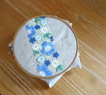 ブルーフラワーの刺繍