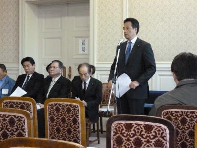 地震対策本部で。岡田本部長