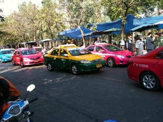 タイのタクシーはビビッドな色w