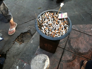 数少ない喫煙所は吸殻も山www