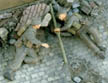 2513 1:35 WWII 英 バンガロール爆薬筒を仕掛ける兵士/2体