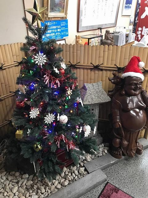 クリスマスツリーを飾っています。