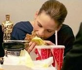 オスカー像を置いてハンバーガーをむさぼるヒラリー・スワンク