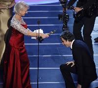 ヘレン・ミレン女王様からオスカーを授かるダニエル・デイ=ルイス
