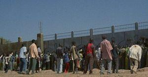 ゾンビ大陸 アフリカン 壁に近づくゾンビたち