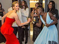 ジェニファー・ローレンス、ルピタ・ニョンゴのオスカー像を奪おうとする