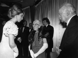 1974年11月「オリエント急行殺人事件」プレミアム上映にてアン王女とアガサ・クリスティ、夫のマックス・マローワン