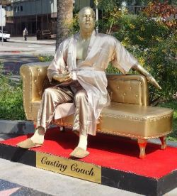 ハーベイ・ワインスタイン 銅像 Casting Couch ハリウッド大通り プラスチック・ジーザス氏製作