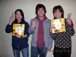 タイヨウ姉娘と小泉監督の3ショット写真