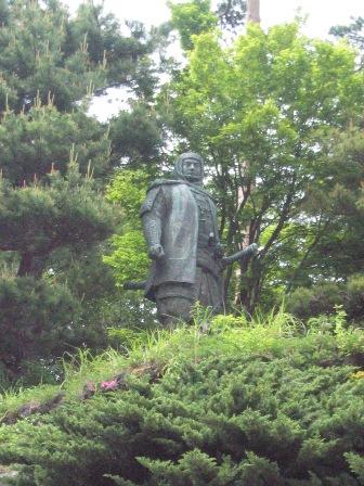 謙信公銅像2