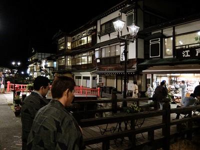 37_夜の温泉街を散策