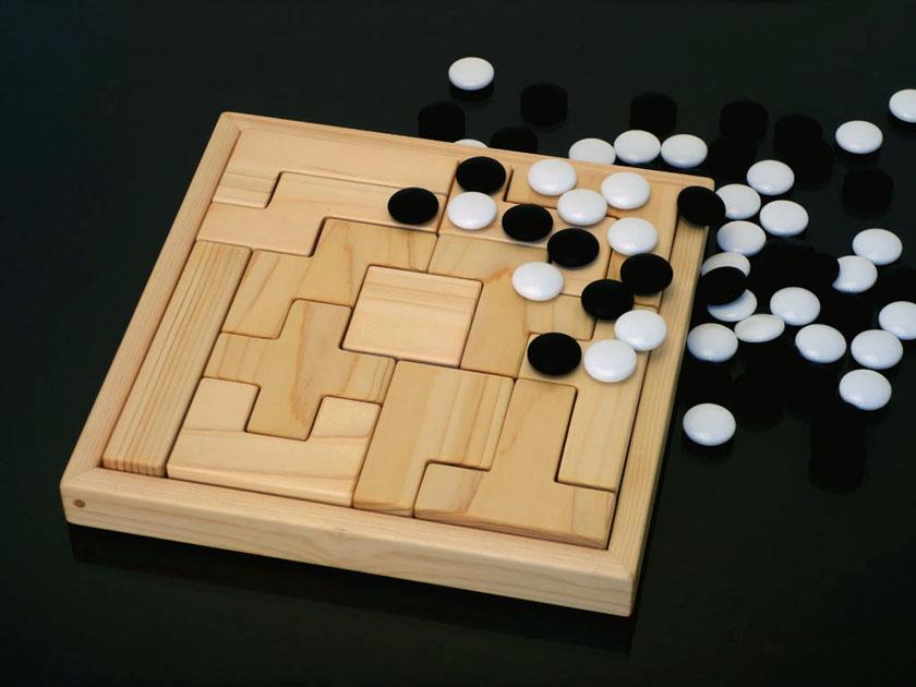 ボックス8×8に入ったペンタブロックと、碁石