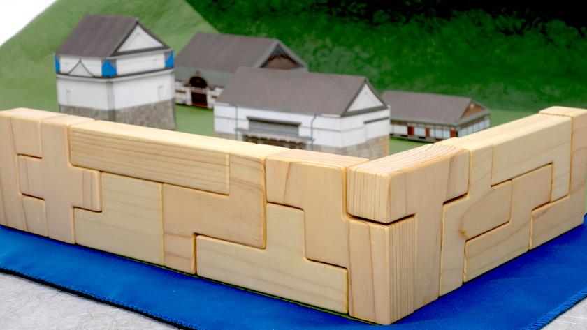 直角に曲がって積まれたペンタブロックの石垣