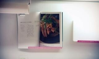 レシピブックスタンドというものがあるらしいのですが、うちの台所の壁はマグネットがつくのを利用して、今のところこんな風にレシピブックを見ています。