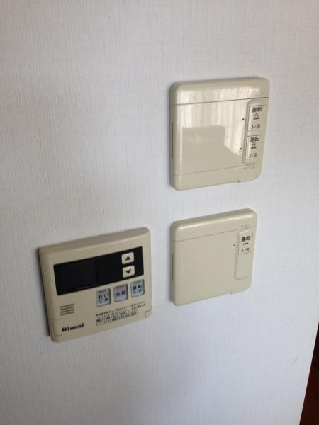 28台所給湯器リモコンと床暖リモコン2台.JPG