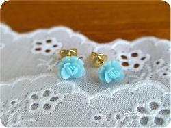 青いバラのピアス