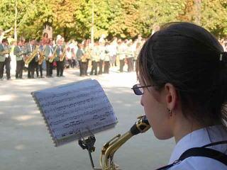 楽器を吹く少女