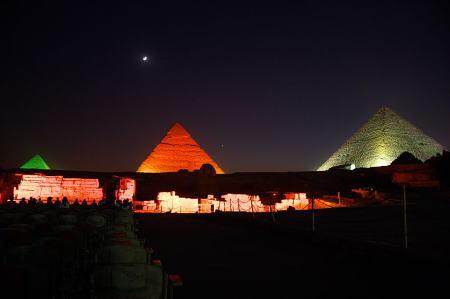 ライティングされたギザのピラミッド