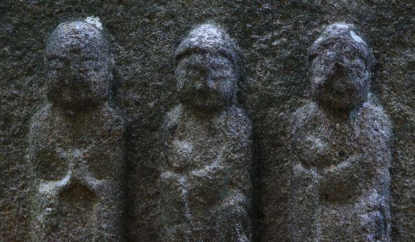 須弥寺・共同墓地・三尊石仏:マリ