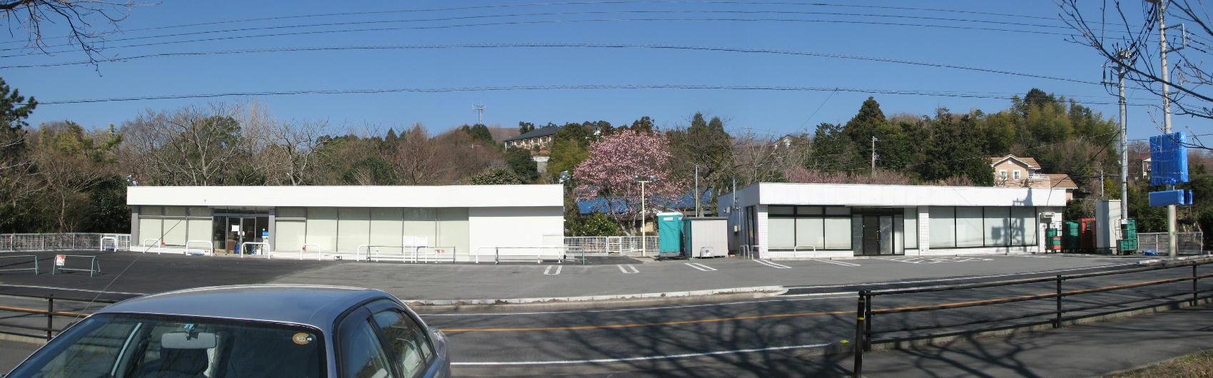 コンビニの建物が敷地内に隣同士