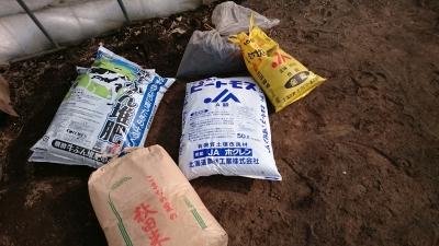 堆肥、米ぬか、ピートモス、石灰窒素、みみがら燻炭