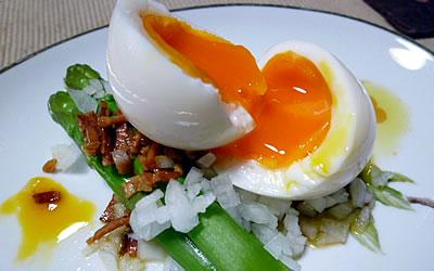 アスパラのサラダ カリカリベーコンとろーり卵のせ