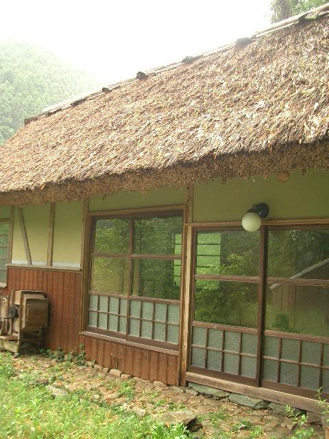 離れの藁ぶき屋根