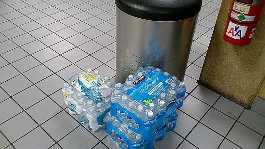 支給されたペットボトルの水