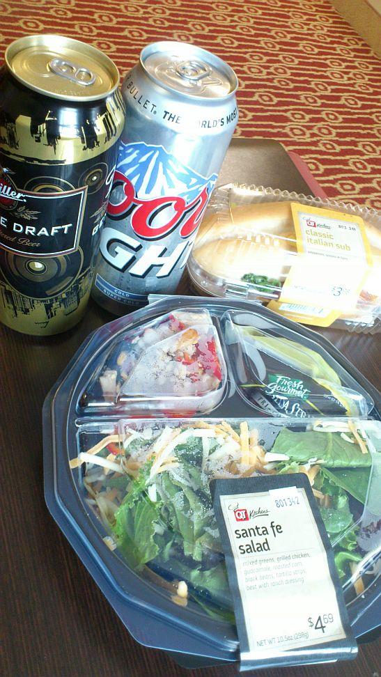 アメリカンなサイズのサラダとビール