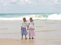 リサ&カレン、ビーチにて