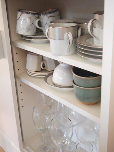 右の棚には、ほとんど使わない食器