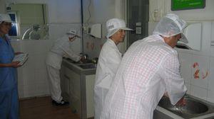 工場見学の前に手洗いです