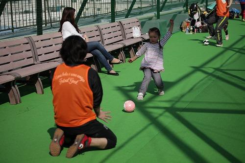 ZOOボールで遊ぶ子供たち