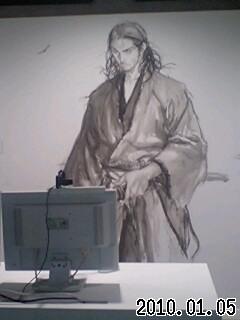 PCの前に立つ宮本武蔵