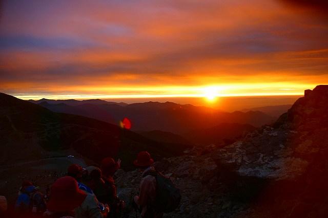 登山途中の午前5時過ぎ雲の合間からご来光
