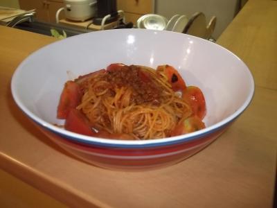 簡単ミートソースのトマト和えパスタ