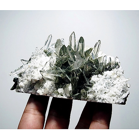 ネパール ガネーシュヒマール産 ヒマラヤ水晶 クローライトクラスター