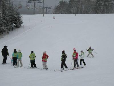 昨日スキーを始めた子供たちが今日はもうすでにポールに挑戦していますよ!