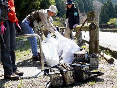 △回収した100キロを超える投棄物を整理する隊員