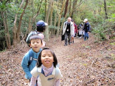 山道を登る子どもたち
