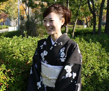 着物モデル撮影会(2) 〜バラさん、黒地に蘭の着物で♪〜