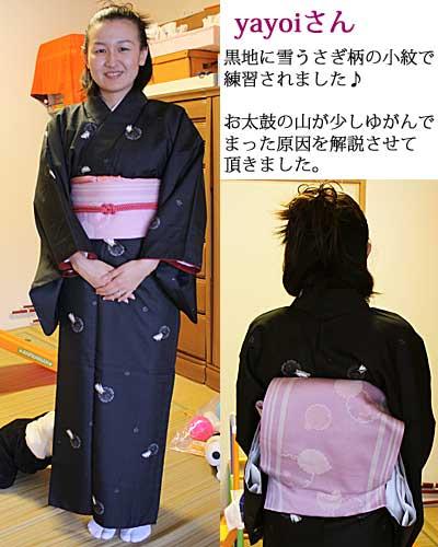 黒地にうさぎ柄の小紋と、ピンク地に雪輪(ゆきわ)柄の帯で、着付けレッスン☆