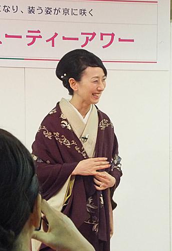 柾木良子先生(縮緬のショールの羽織り方をご指南下さいました!)