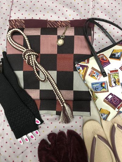 文明開化着物コーデ。懐中時計やマッチ柄のバッグ。