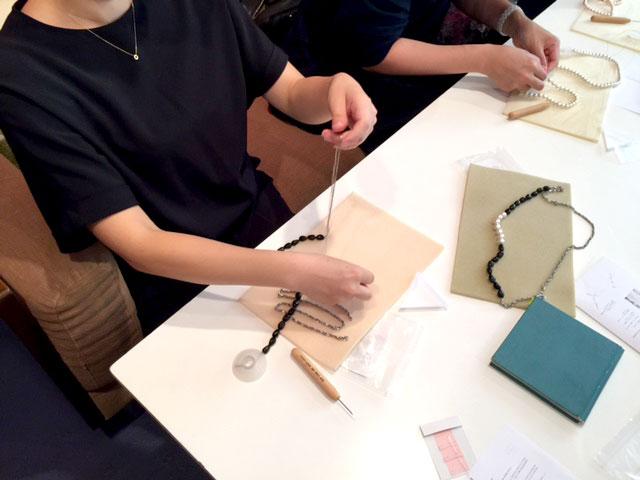 コットンパールと蒔絵風の黒いビーズで作るチェーンネックレス