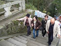 長い石段を登って拝殿へ