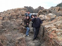 唐音水仙公園蛇岩でポーズ