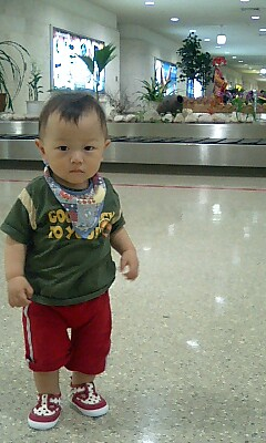 沖縄空港に立つ