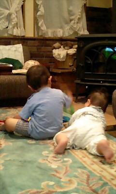 談話室で遊ぶ兄弟