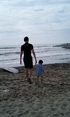 海に入る親子